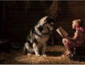 Девочка читает собаке