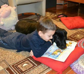 Мальчик читает собаке