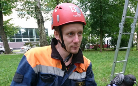 Волонтёр с голубем