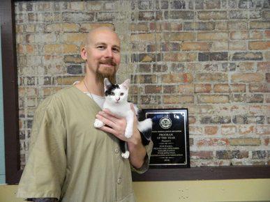 Кот на руках заключённого