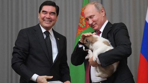 Президент Туркменистана и президент России с подаренным щенком