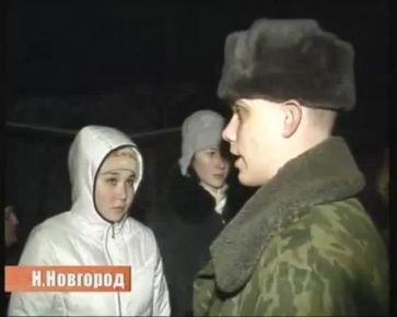Солдат с жителями дома