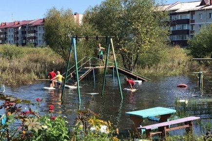 Затопленная детская площадка